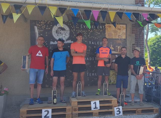 20km : podium masculin : Fabrice 1er M3H ( la photo n'est pas floue, c'est la fumée du barbecue!!)