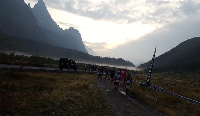 Le jour se lève au lac Combal (16km)
